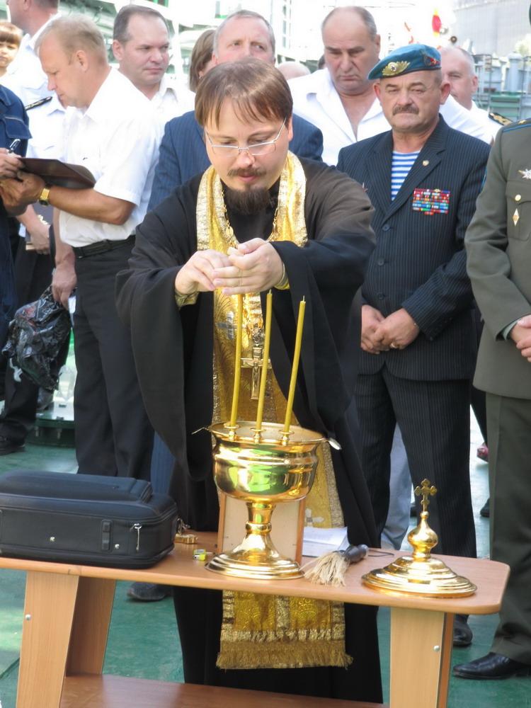 Танкер освятил Протеирей Рустик Гузь Настоятель Храма Святого Великомученика и Целителя Пантелемона в посёлке Сухая Самарка. В этом посёлке, в основном, живут моряки.